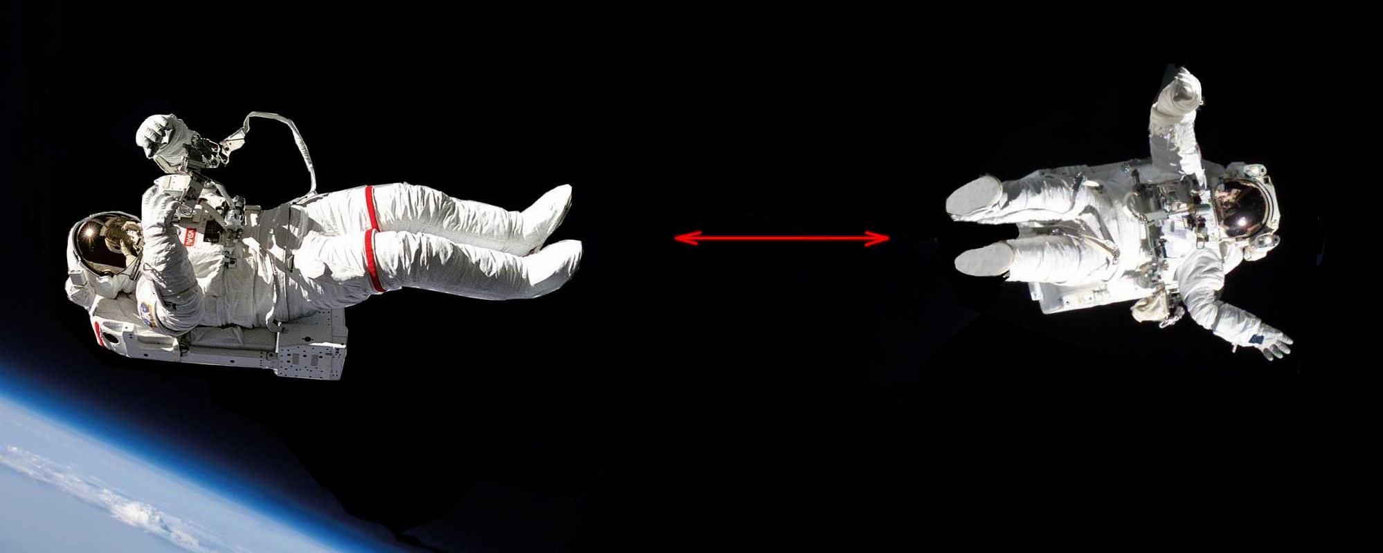 Deux cosmonautes se repoussent par les pieds
