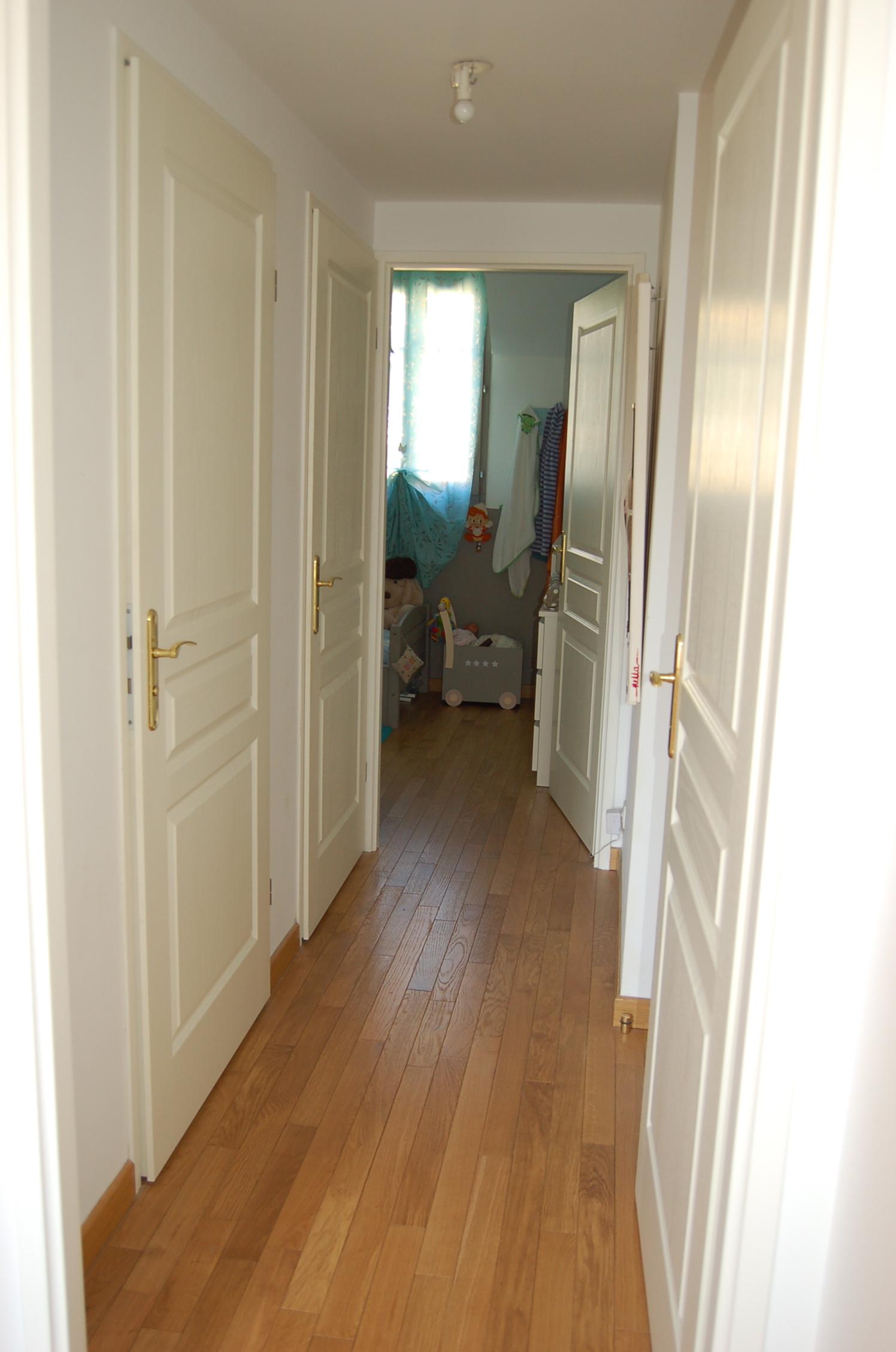 Emejing couleur couloir appartement ideas for Couloir appartement